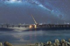 未完成的Sinamale `男性` - Hulhule在我们的银河下光亮的星的`桥梁  免版税库存照片