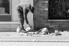 未定义人在韦茅斯街道做沙子雕塑, 库存图片