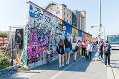 未定义在柏林墙的人民走的近东旁边画廊 免版税库存图片