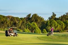 未定义夫妇在一个高尔夫球场在安塔利亚,土耳其 库存照片