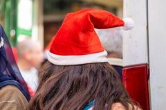 未定义的年轻女人戴圣诞老人帽子 免版税图库摄影