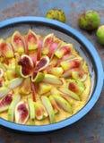 未成熟的馅饼用无花果和梨用棒子面,选择聚焦 免版税图库摄影