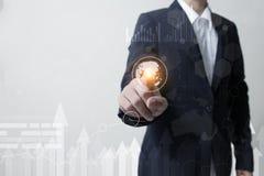 未来技术网络概念,商人手感人的网络标志和图形接口 免版税库存图片