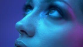 未来派时装模特儿画象与闪烁眼影膏的在从冠上的底部的五颜六色的霓虹灯手表 股票视频