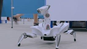 未来派机器人蜘蛛跳舞和移动
