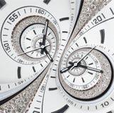 未来派现代strass金刚石白色报时表摘要分数维超现实的双重螺旋 手表时钟异常的抽象时钟 免版税库存图片
