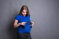 未来的在母亲` s腹部的婴孩听的音乐 免版税库存照片