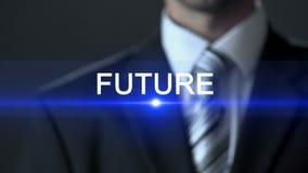 未来,按在屏幕,投资决定上的人佩带的西装按钮 股票录像