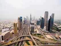未来派城市风景美好的鸟瞰图与路、汽车和摩天大楼的 迪拜,阿拉伯联合酋长国 免版税库存照片