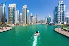 未来派大厦在豪华迪拜小游艇船坞,阿联酋 库存照片