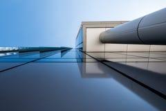 未来派摩天大楼有蓝天背景 免版税库存图片