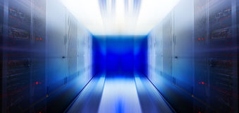 未来派服务器迷离行动室用现代通信和服务器设备 库存图片