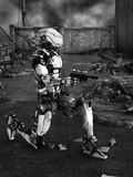 未来派机器人在被破坏的城市 免版税库存图片
