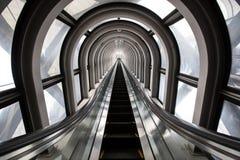 未来派自动扶梯,在一个现代大厦的抽象空间 免版税库存图片