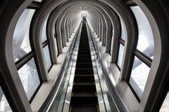 未来派自动扶梯,在一个现代大厦的抽象空间 库存图片