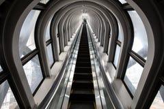 未来派自动扶梯,在一个现代大厦的抽象空间 免版税图库摄影