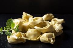 未煮过的意大利式饺子充塞用在黑暗的板岩的肉 库存图片