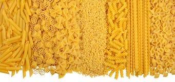 未煮过的意大利面团的分类在白色的 免版税库存图片