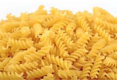 未煮过的意大利面团fusilli堆在白色的 免版税图库摄影