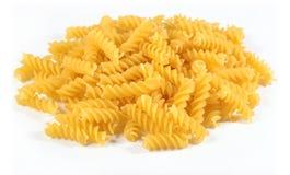 未煮过的意大利面团fusilli堆在白色的 免版税库存照片