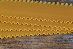 未煮过的未加工的面团意大利人烤宽面条 库存照片