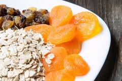 未煮过的燕麦粥用葡萄干和杏干 库存照片