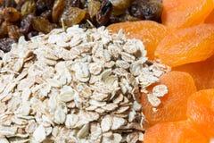 未煮过的燕麦粥用葡萄干和杏干 库存图片