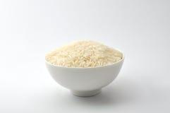 未煮过的米,茉莉花米,马里米,在一个白色碗的泰国茉莉花米陶瓷在白色背景 图库摄影