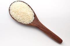 未煮过的米,茉莉花米,马里米,在木杓子的泰国茉莉花米在白色背景 库存图片