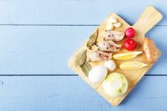 未煮过的自然有机菜、鸡蛋和海鱼健康盘的在木背景 与拷贝空间的顶视图 图库摄影