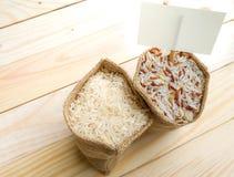 未煮过的茉莉花和半优美的米在大袋 免版税库存图片