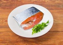 未煮过的鲑鱼排用在一个白色盘的荷兰芹 库存图片
