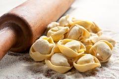 未煮过自创的意大利式饺子 免版税库存照片
