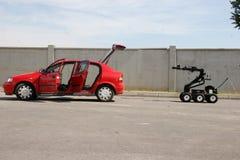 未爆弹处理机器人在市索非亚解除在恐怖分子里面汽车的一颗炸弹武装, 2007年9月, 11日的保加利亚 防爆队机器人 免版税库存照片