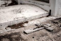 未玷污的坟墓,非常老,与基督耶稣受难象  免版税库存照片
