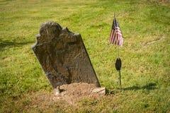 未玷污的墓碑在一座晴朗的公墓 库存图片