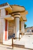 未知的人民参观Knossos,克利特海岛,希腊著名米诺宫殿古老废墟  免版税库存图片
