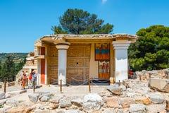 未知的人民参观Knossos,克利特海岛,希腊著名米诺宫殿古老废墟  库存照片