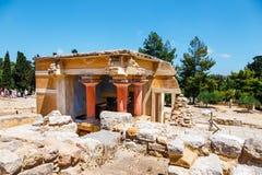 未知的人民参观Knossos,克利特海岛,希腊著名米诺宫殿古老废墟  免版税图库摄影