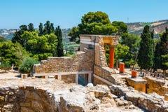 未知的人民参观Knossos,克利特海岛,希腊著名米诺宫殿古老废墟  库存图片