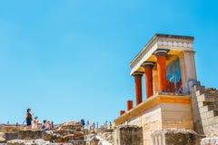 未知的人民参观Knossos,克利特海岛,希腊著名米诺宫殿古老废墟  免版税库存照片