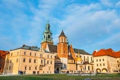 未知的人民在克拉科夫参观Wawel城堡 克拉科夫是一个最著名的地标  免版税图库摄影