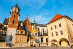 未知的人民在克拉科夫参观Wawel城堡 克拉科夫是一个最著名的地标  库存照片