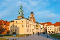 未知的人民在克拉科夫参观Wawel城堡 克拉科夫是一个最著名的地标  免版税库存照片