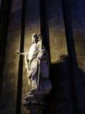 未知的人雕塑在教会里 库存照片