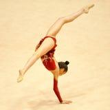 未知的体操运动员执行 免版税库存图片