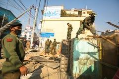 未知的尼泊尔警察在住宅贫民窟的爆破的操作时 库存照片