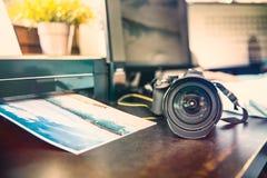 未知的照相机和照片打印机 免版税库存图片