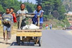 未知的男孩运载一个传统caresa支架 免版税库存图片