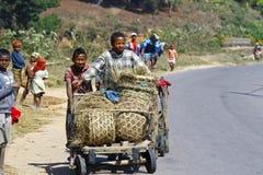 未知的男孩运载一个传统caresa支架 图库摄影